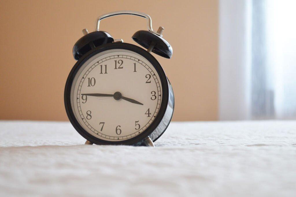 Expresiones idiomáticas de tiempo en inglés: in time vs on time